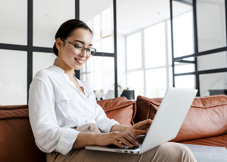business-woman-on-computer